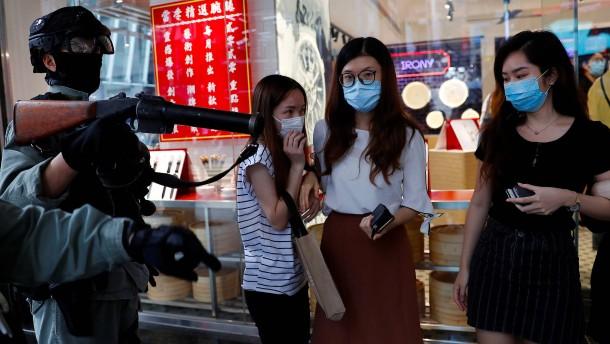 Hongkongs Polizei schießt mit Pfeffermunition auf Demonstranten