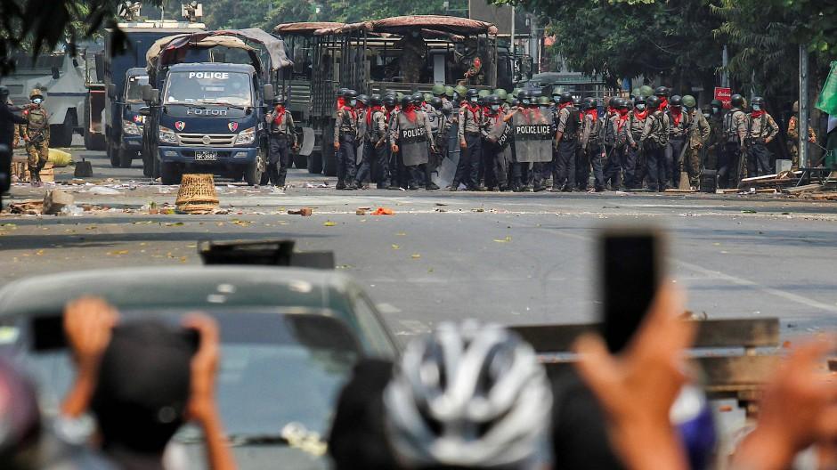 Demonstranten und Polizisten stehen sich in der Stadt Mandalay gegenüber.