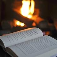 Ein Roman, ein Kamin und ein wolliger Teppich unter den Füßen: ziemlich hygge