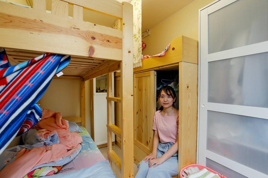 """Ruka Tong, 21 Jahre, teilt ihr elf Quadratmeter großes Zimmer mit zwei Schwestern. """"Ich arbeite sieben Tage die Woche, um Geld für eine Wohnung zu verdienen."""""""