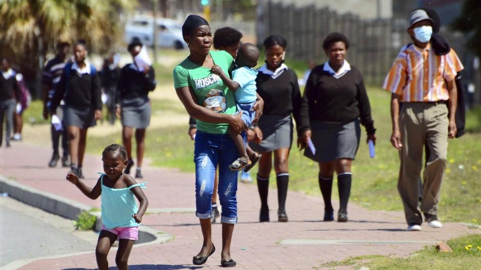 Menschen in der ehemaligen Hafenstadt Port Elizabeth, die künftig Gqeberha heißen wird.
