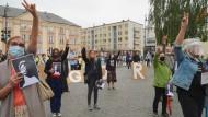 Demonstranten protestieren vor dem polnischen Obersten Gericht in Warschau am 8. Juni gegen Disziplinarmaßnahmen gegen einen regierungskritischen Richter.