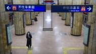 Leere in der Rushhour: Eine Frau mit Mundschutz an einer sonst stark frequentierten U-Bahn-Station in Peking.