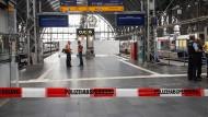 Absperrungen am Glas 7 des Frankfurter Hauptbahnhofs.