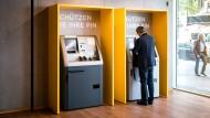 Ab an den Geldautomaten: Auch in der Pandemie holen viele Menschen Geld vom Konto.