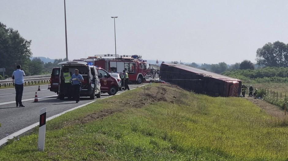Rettungskräfte sind an der Unfallstelle in der Nähe von Slavonski Brod im Einsatz.