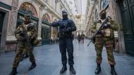 Sicherheitskräfte in Brüssel in einer Einkaufspassage
