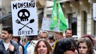 Weltweit demonstrierten Menschen gegen die Übernahme von Monsanto durch Bayer. Hier in Bordeaux zu sehen