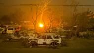 Ausgebrannte Wagen säumten nach dem Brand im kalifornischen Middletown vor einem Jahr die Wegränder.