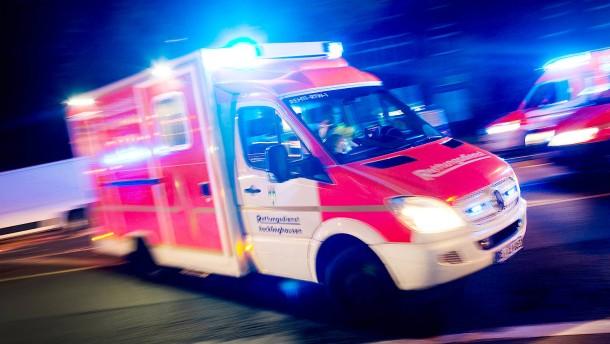 Frau blockiert Rettungswagen aus Ärger über zugeparkte Einfahrt