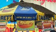 In der Überzahl: Etwa 40.000 Bienen belagern den Hotdog-Stand am Times Square.