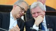 Beratungsbedarf: Aktuell haben Tarek Al-Wazir (Grüne) und Ministerpräsident Volker Bouffier (CDU) zusammen keine Mehrheit.