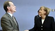 Der damalige SPD-Vorsitzende Franz Müntefering mit der damaligen CDU-Vorsitzenden Angela Merkel bei der Vorstellung des Koalitionsvertrages im November 2005