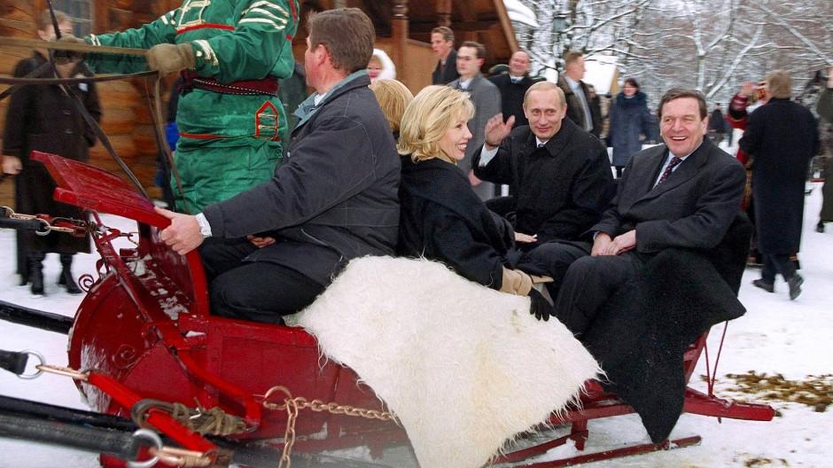 Lupenreine Männerfreundschaft: Präsident Wladimir Putin und der damalige Bundeskanzler Gerhard Schröder (SPD) mit seiner damaligen Frau Doris Schröder-Köpf auf Schlittenfahrt im Januar 2001 in Kolomenskoje, der einstigen Sommerresidenz der Zaren.