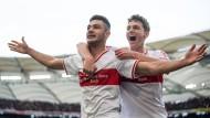 Stuttgarts Doppeltorschütze Ozan Kabak (links) bejubelt seinen zweiten Treffer mit seinem Mannschaftskollegen Benjamin Pavard.