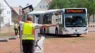 Wegweisend: Ein Hofheimer Bus fährt über den Hochheimer Marktplatz