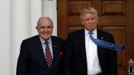 Männer fürs Grobe: Rudy Giuliani trifft Trump im November 2016 in dessen Golfclub in Bedminister, New Jersey.