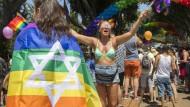 Zehntausende feiern unter der Regenbogenfahne