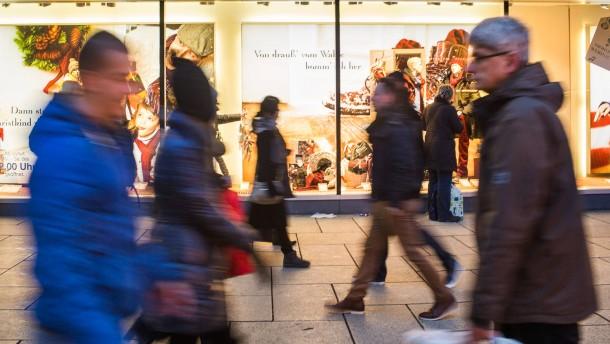 Weihnachtseinkäufe - Wofür geben die Kunden in Frankfurt, die angeblich durchschnittlich 275 Euro für Weihnachtsgeschenke ausgeben, ihr Geld aus.