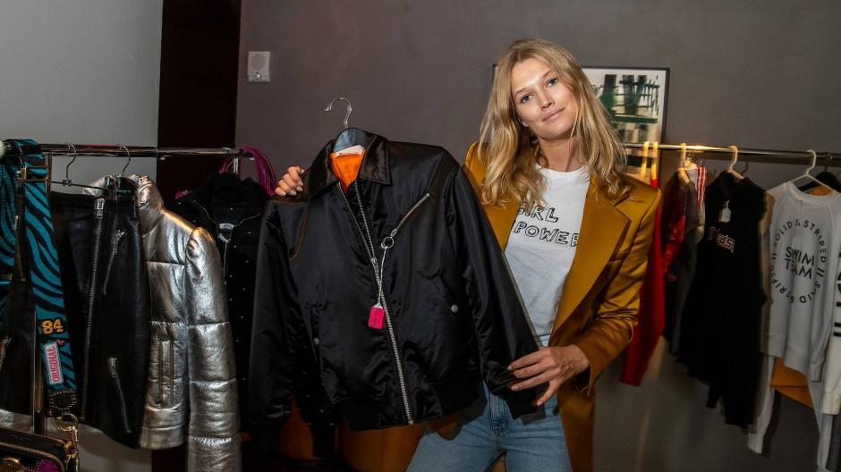 Das Model Toni Garrn versteigert in einem Hotel in New York auf Modeschauen getragene Kleider, die ihre Model-Kolleginnen gestiftet haben.