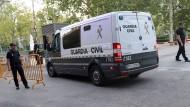 Unter strengen Sicherheitsvorkehrungen treffen die vier Verdächtigen am Gericht in Madrid ein.