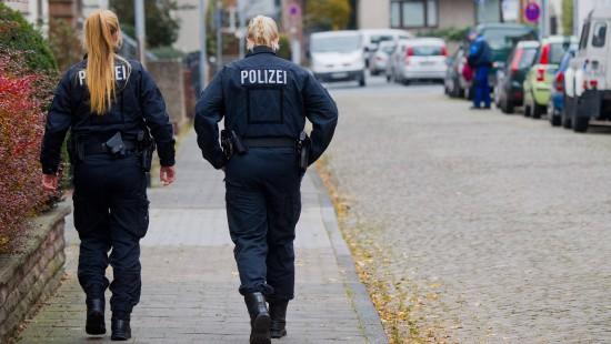 Am Tatort in Hameln sichern Polizisten Spuren