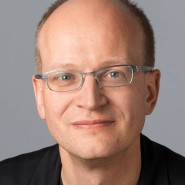 """Andreas Platthaus - Portraitaufnahme für das Blaue Buch """"Die Redaktion stellt sich vor"""" der Frankfurter Allgemeinen Zeitung"""