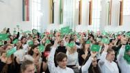 Entscheidungsstark: Beim Quiz zeigen Schüler, was sie über die Verfassung wissen.