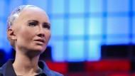 Roboter Sophia spricht 2017 auf dem Web Summit in Lissabon.