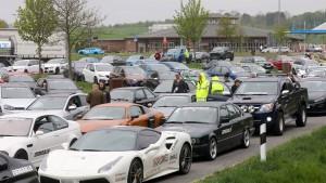 Mehr als 100 Sportwagen rasen über die A20