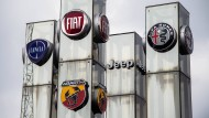 Logos von Fiat-Marken bei einem Autohändler in Turin
