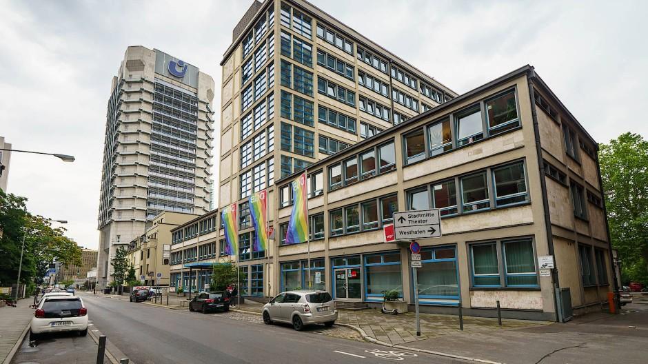 Laut Denkmalamt das erste Hochhaus Frankfurts:  Gewerkschaftshaus aus dem Jahr 1931 (links), im Hintergrund das Union-Investment-Hochhaus von 1977