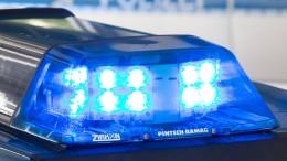 Gruppe attackiert jungen Mann mit Messer und Baseballschlägern