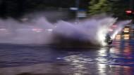 Heftiger Regen hat Berlins Straßen unter Wasser gesetzt.