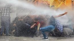 Wasserwerfer gegen Demonstranten in Diyarbakir