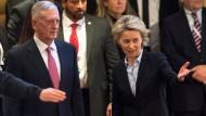 Verteidigungsministerin Ursula von der Leyen (CDU) weist ihrem amerikanischen Amtskollegen James Mattis bei seiner Ankunft den Weg zur Eröffnung der Sicherheitskonferenz.