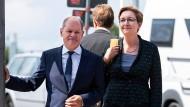 Gemeinsam unterwegs zu ihrer ersten Pressekonferenz: Olaf Scholz und Klara Geywitz.