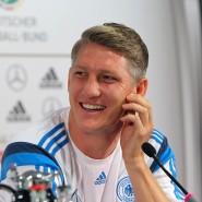 Gut gelaunt: Schweinsteiger bei der Pressekonferenz in Frankfurt