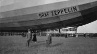 Schaulustige stehen im November 1929 vor dem Luftschiff Graf Zeppelin auf dem Landesflughafen Stuttgart-Böblingen.