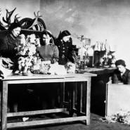 Während der Leningrader Blockade bereiten Museumsleute die Evakuierung von Kulturgüter vor.