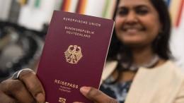 Sechs von zehn Eingebürgerten behalten alten Pass