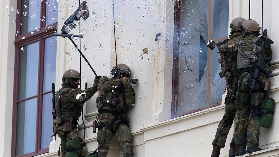 Spezialkräfte der Bundeswehr üben im Juni 2018 beim Tag der Bundeswehr die Befreiung einer Geisel aus dem Gebäude des Militärischen Museums in Dresden