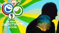 Franz Beckenbauer vor dem Logo der WM 2006