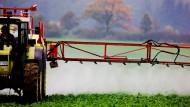 Ein Landwirt versprüht auf einem Feld im brandenburgischen Sieversdorf ein Pestizid.