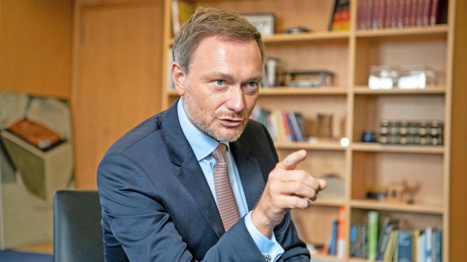 """""""Wir wollen die Ausgangssperre streichen."""" Christian Lindner  in seinem Büro im Jakob-Kaiser-Haus"""