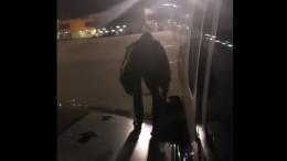 Passagier verlässt Flugzeug über Tragfläche