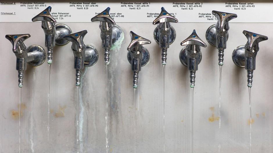 Aufgedreht: Wasserhähne zur Entnahme von Trinkwasserproben im Mainova-Wasserwerk in Frankfurt-Goldstein