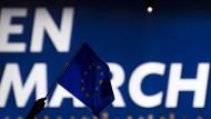"""Eine Europafahne vor dem Schriftzug """"En Marche"""" während einer Wahlkampfveranstaltung des damaligen französischen Präsidentschaftskandidaten Emmanuel Macron im Dezember 2016"""