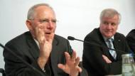 Von Union kann zwischen CDU und CSU schon lange nicht mehr die Rede sein. Nun nimmt sich Bundesfinanzminister Schäuble (links) den Chef der CSU, Horst Seehofer (rechts), vor.