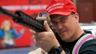 Ein Besucher einer NRA-Messe in Indianapolis betrachtet eine halbautomatische Waffe. (Archivfoto)